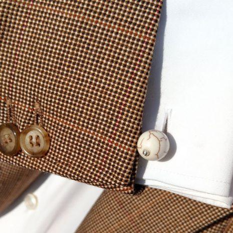 Boutons de manchette avec perles Howlite ivoire et veinules marron clair. Tige argent.